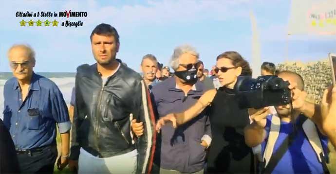 Beppe-Grillo-con-Alessandro-di-Battista-a-Torre-Calderina-contro-gli-scarichi-e-la-condotta-sottomarina-tra-Bisceglie-e-Molfetta