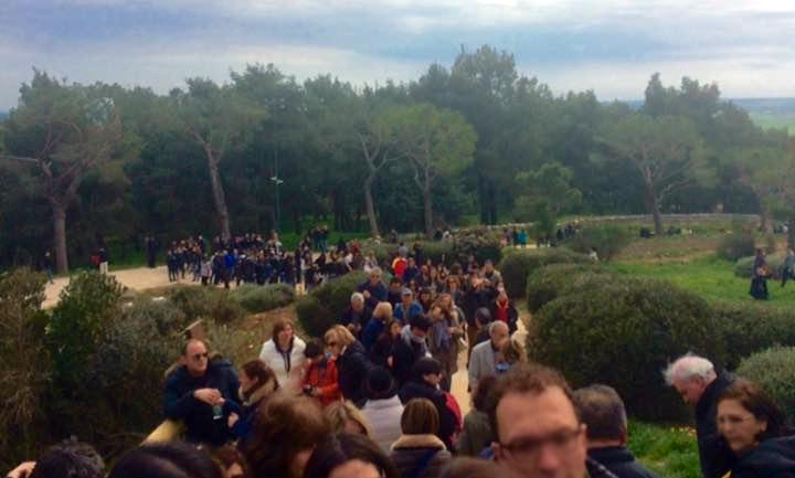 Coda-migliaia-di-persone-in-coda-a-Castel-del-Monte-Andria-Puglia