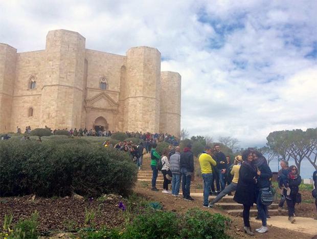 castel-del-monte-coda-immensa-turisti