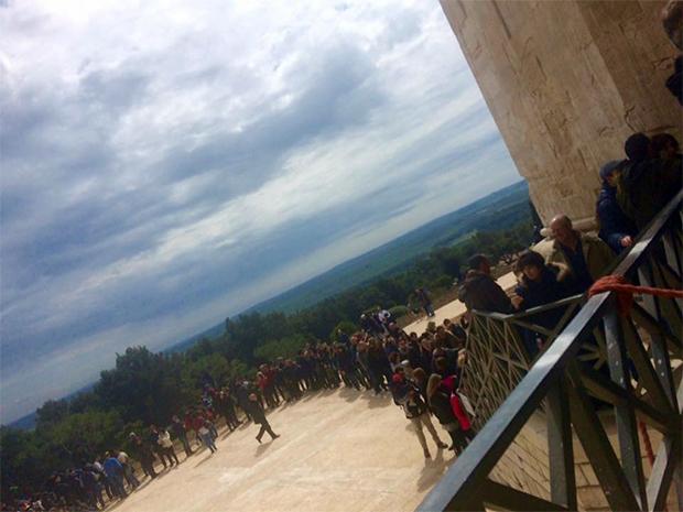 coda-di-turisti-immensa-migliaia-castel-del-monte