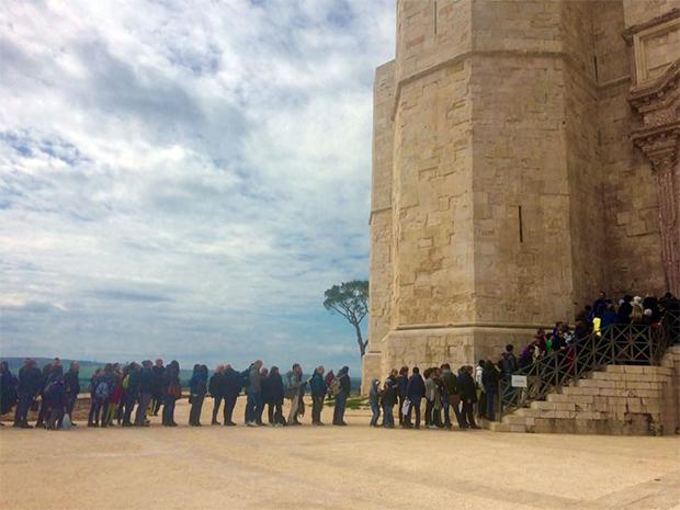 fila-coda-immensa-lunghissima-a-castel-del-monte-nel-giorno-di-pasquetta-2016