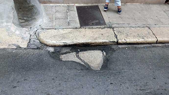 Problemi con l'asfalto in Via Giordano Bruno — Zona pendio San Lorenzo ad Andria — le FOTO inviate dal  servizio Whatsapp offerto da VideoAndria.com