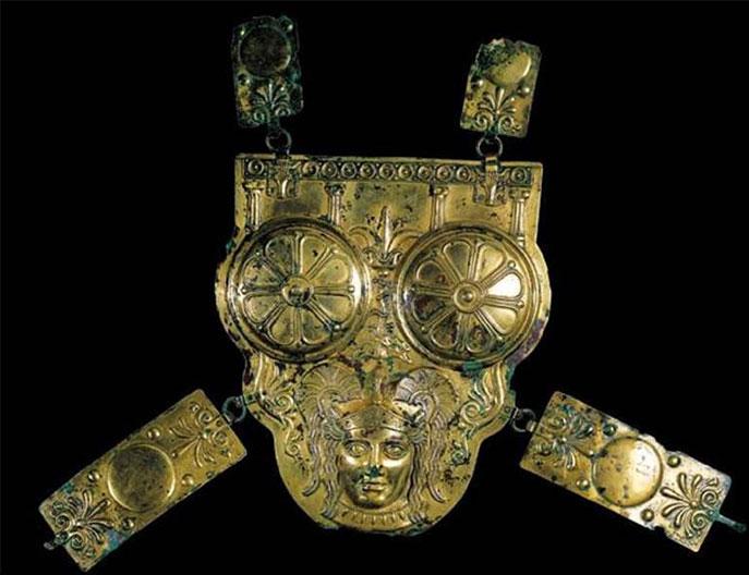 corazza-magnogreca-del-museo-bardo-di-tunisi-trovata-nel-1909-in-una-tomba-punica-nel-deserto-tunisino-raffigurante-athena