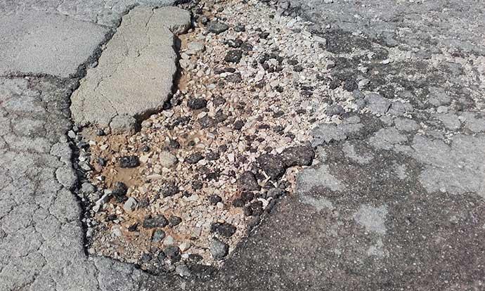 dettaglio-buca-via-barletta-andria-asfalto-danneggiato
