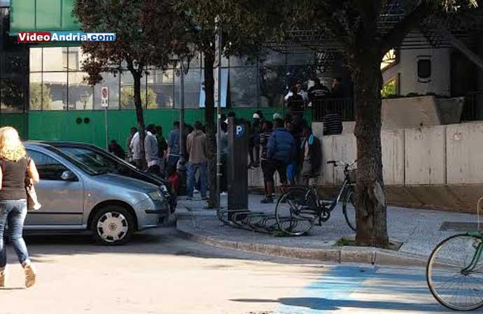 migranti-andria-protestano-davanti-al-comando-di-polizia-municipale
