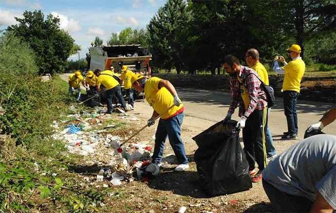 Nella Foto: i volontari di Legambiente ripuliscono un'area nei pressi di un uliveto durante una precedente iniziativa