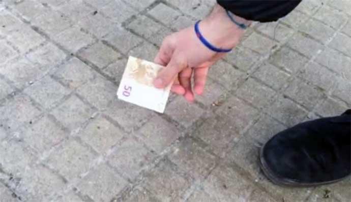 soldi-banconote-per-strada