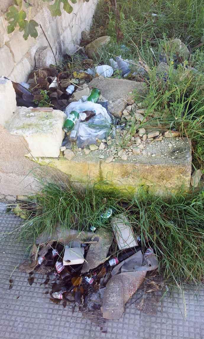 rifiuti-abbandonati-andria-zona-parcheggio-cimitero-1