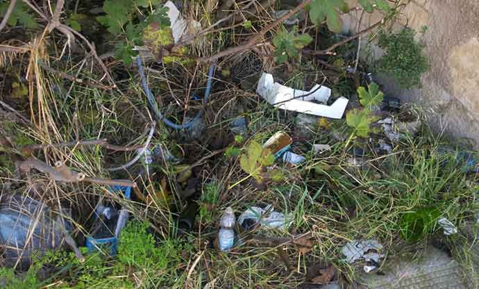 rifiuti-abbandonati-andria-zona-parcheggio-cimitero-2