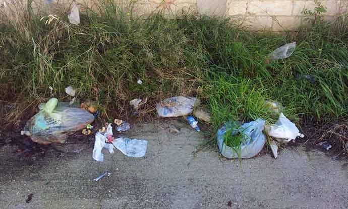 rifiuti-abbandonati-andria-zona-parcheggio-cimitero-3