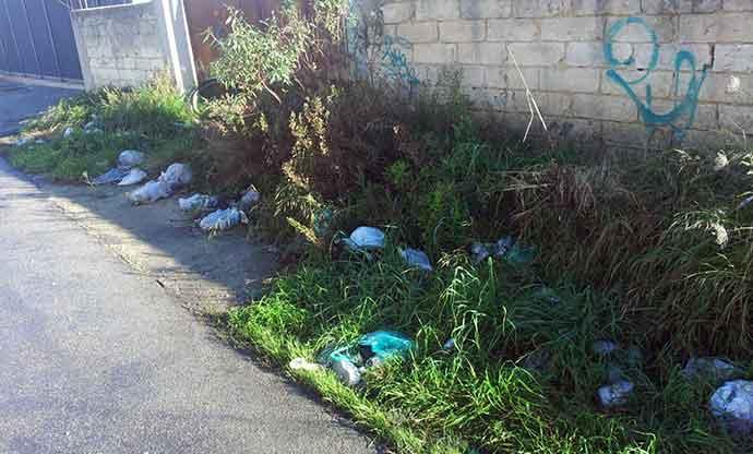 rifiuti-abbandonati-andria-zona-parcheggio-cimitero-4