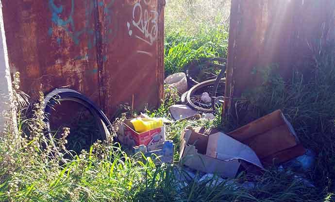 rifiuti-abbandonati-andria-zona-parcheggio-cimitero-5