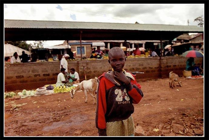 Scatta foto nel villaggio Rakwaro (Kenya) con una macchina a pellicola. L'esposizione ad Andria dal 1° al 10 aprile