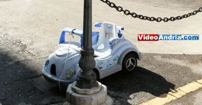 auto abbandonata giocattolo andria rifiuti via eritrea