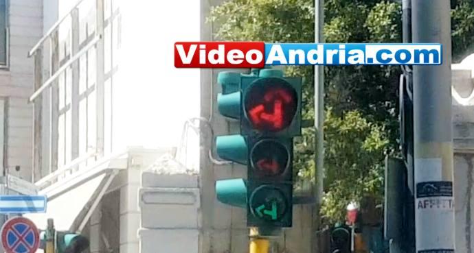 semaforo rosso giallo verde luci accese contemporaneamente