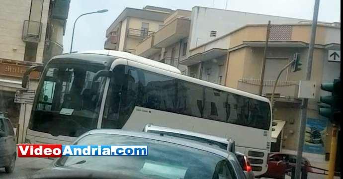 autobus incastrato andria incrocio via barletta viale venezia giulia