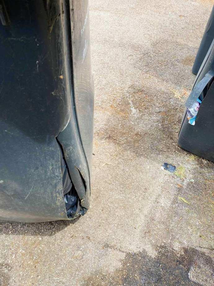 bidoni danneggiati rifiuti