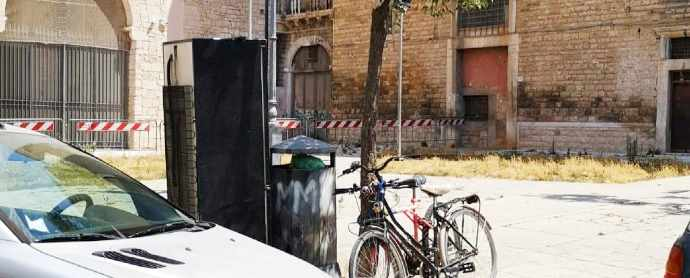 frigorifero abbandonato andria piazza la corte centro storico andriese rifiuti