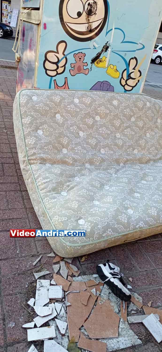 andria materasso abbandonato in via mattia preti